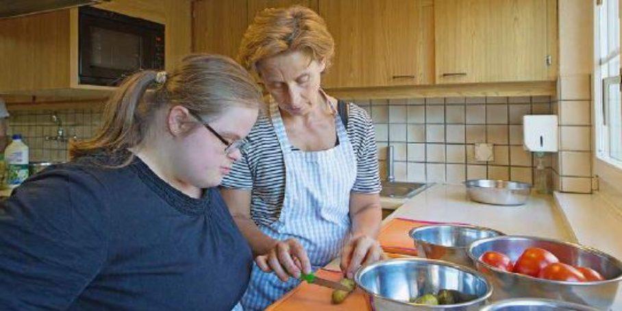 Jessica F. und Gabriela Suter rüsten das Gemüse fürs Abendessen